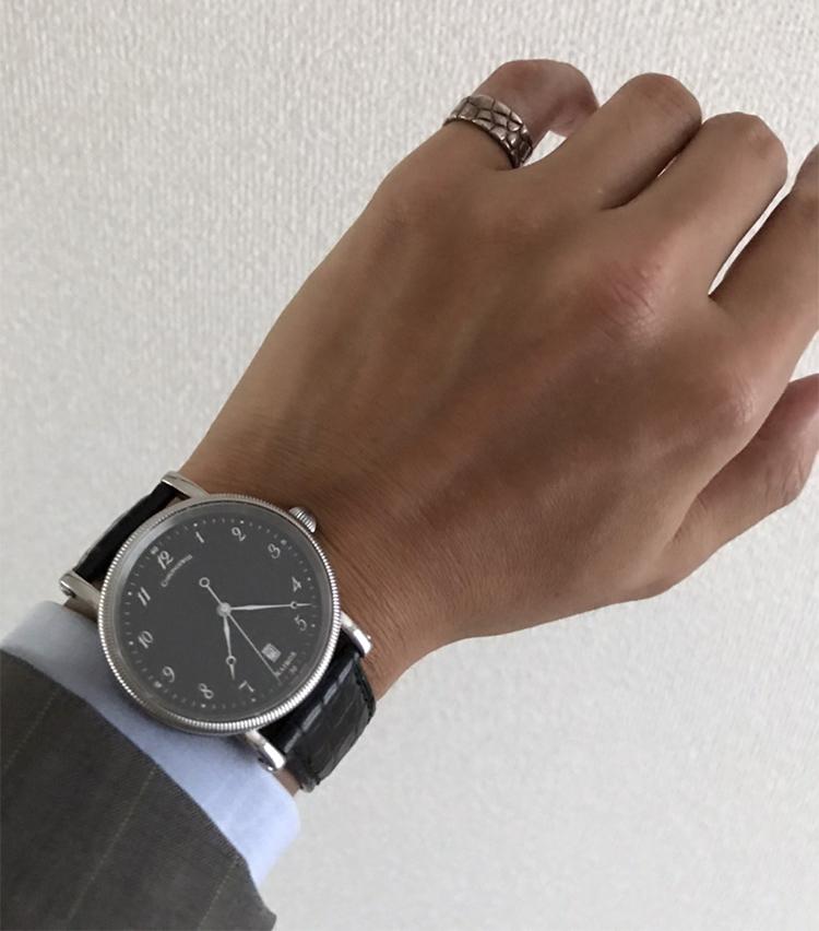 <p><strong>SHIPS 岡山店 副店長 原野祐輔さんの愛用時計(2)<br /> クロノスイス/Kairos</strong><br /> 「ブラックフェイスにオニオンリューズ、ビジネスシーン合う凛とした時計です。素材も嫌味なく、デキる袖口が演出できる所が気に入ってます。フェイスの削り出しもこだわったドイツ製時計です。クロコバンドに同柄のヴィンテージリングもさりげないおしゃれです」</p>