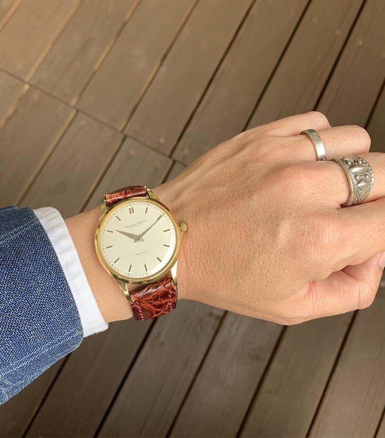 <p><strong>バーニーズ ニューヨーク PRマネージャー  矢野考太郎さんの愛用時計(1)<br /> IWC/オートマチック 18Kイエローゴールド Cal.852</strong><br /> 「シンプルな文字盤で18Kイエローゴールドという上品な時計を探していた時に時計好きの父より譲り受けました。35mmのケースサイズも腕の細い私にはちょうどよいサイズです。IWCは現行のマークシリーズも好んで着けますが最近はオールドインターのこちらを敢えてカジュアル時に合わせるのが好きです」</p> <p><a class=