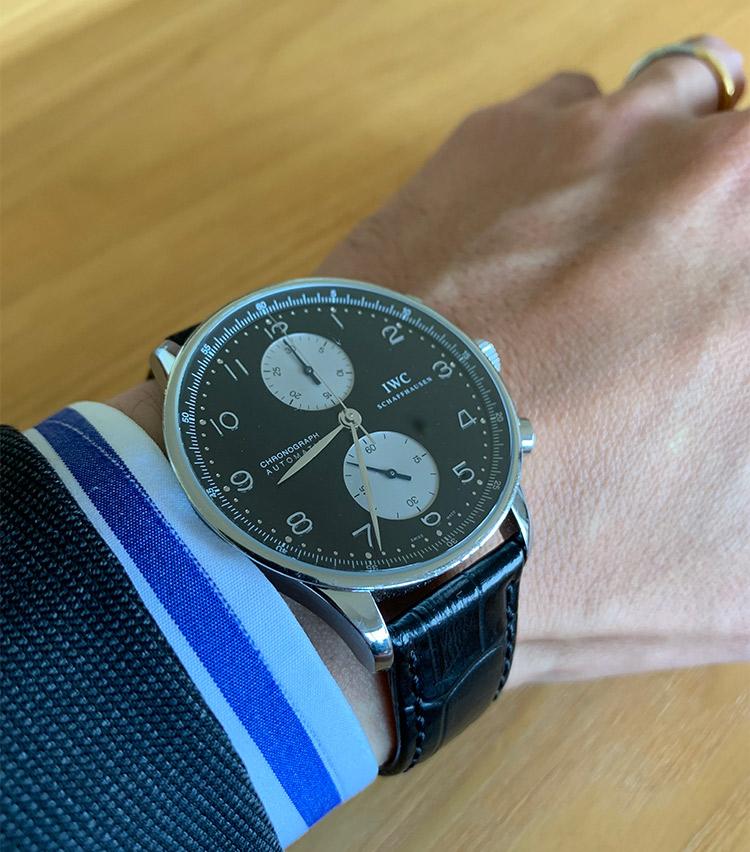 <p><strong>バーニーズ ニューヨーク神戸店 副店長 福井良さんの愛用時計<br />IWC/ポルトギーゼ</strong><br /> 「18年前に当時のトレンドだったビッグフェイスが欲しくて購入しました。しばらく着用していない時期もありましたが、最近またスーツに合わせるのが新鮮です」</p>