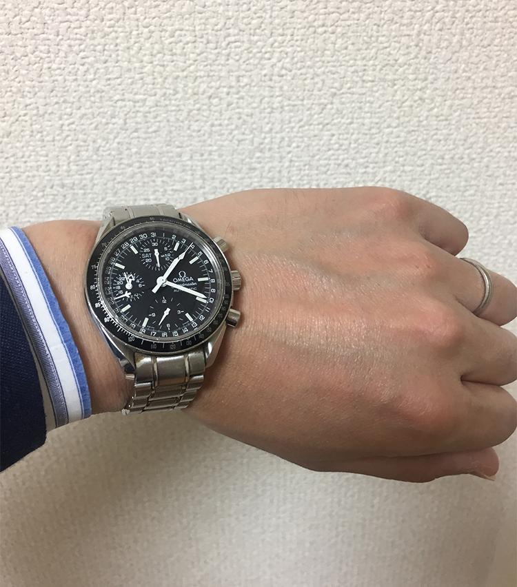 <p><strong>バーニーズ ニューヨーク神戸店 メンズグループセールスアソシエイト 桜谷吉昭さんの愛用時計<br />オメガ/スピードマスター</strong><br /> 「30歳の時の結婚を機に自身で購入しました。現在までオーバーホールを2度経て、今でもほぼ毎日相棒のように着用しています」</p>