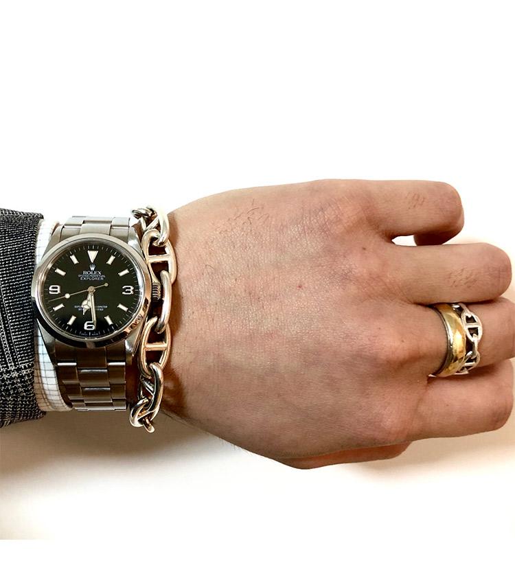 <p><strong>バーニーズ ニューヨーク六本木店 メンズグループシニアセールスアソシエイト町 直哉さんの愛用時計(1)<br />ロレックス/エクスプローラーⅠ114270 2005年製</strong><br /> 「社会人1年目に購入したエクスプローラーⅠ。36mmサイズのエクスプローラーⅠはスーツやジャケパン、カジュアルスタイルなど、オンオフ問わず身に着けることができ、傷が付いて以前より愛着が湧いています」</p> <p><a class=
