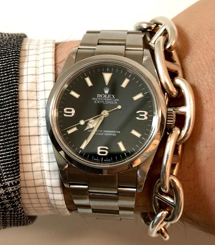 <p><strong>バーニーズ ニューヨーク六本木店 メンズグループシニアセールスアソシエイト町 直哉さんの愛用時計(1)<br />ロレックス/エクスプローラーⅠ114270 2005年製</strong></p>