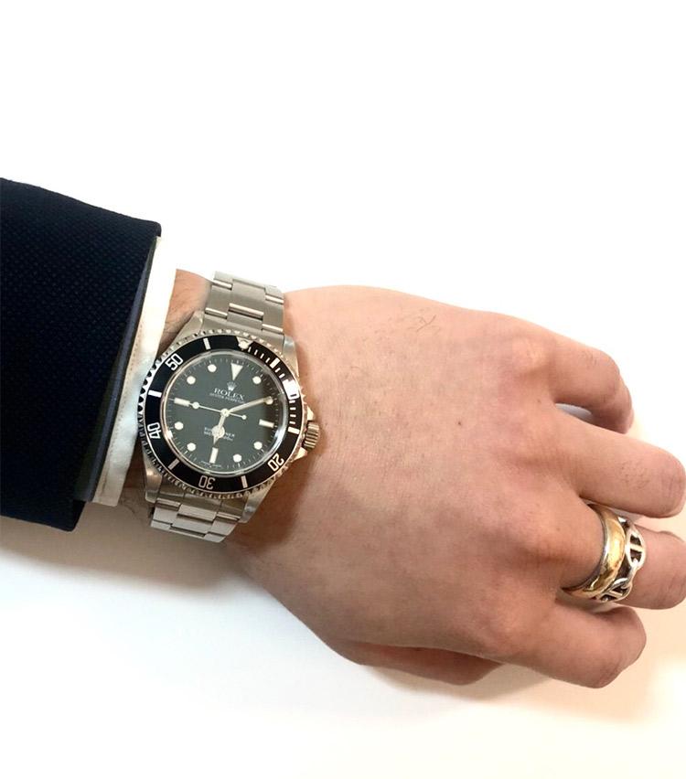 <p><strong>バーニーズ ニューヨーク六本木店 メンズグループシニアセールスアソシエイト町 直哉さんの愛用時計(2)<br />ロレックス/サブマリーナ  14060m 2001年製</strong><br /> 「父、兄がサブマリーナを持っていたために憧れて購入。旧型のサブマリーナは現行に比べてラグ幅が小さく、ケースが薄いことや、アルミのベゼルなどのディテールに惹かれました。スーツやジャケパン、カジュアルスタイルなど、オンオフ問わず身に着けています」</p> <p><a class=