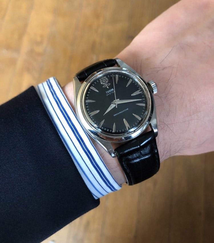 <p><strong>バーニーズ ニューヨーク銀座本店 メンズグループセールスアソシエイト 佐藤賢也さんの愛用時計<br />チューダー/デカバラ 1960年代アンティーク</strong><br /> 「社会人1年目にクラシックスタイルに合わせる時計を持っていなかったため、購入しました。小ぶりなケースにブラックの文字盤がシックな印象で気に入っています。毎日ゼンマイをまわすことが習慣となっています。愛着を持ちながら大切に着けていきたい一本です」</p> <p><a class=