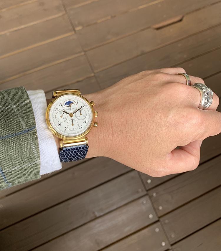 <p><strong>バーニーズ ニューヨーク PRマネージャー  矢野考太郎さんの愛用時計(2)<br />タグホイヤー/エドワードホイヤー188.215/1 125周年記念復刻モデル</strong><br /> 「現行モデルではスポーツテイストのイメージが強い同社ですが、創立125周年を記念して作られたこちらは33mmの小ぶりなケース径にムーンフェイズも付いたクロノグラフでドレススタイルの時に好んで着けています。ベルトはゴールドと相性が良いネイビーのリザードをオーダーして合わせています」</p> <p><a class=