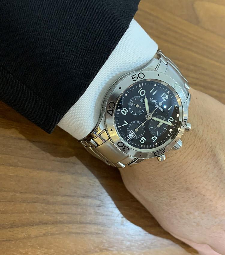 <p><strong>バーニーズ ニューヨーク アウトレット店統括部 西地慶太さんの愛用時計<br />ブレゲ/タイプXX トランスアトランティック</strong><br /> 「入社したら時計を買う文化があり、 入社2年目(20数年前)に購入しました。先輩たちと被らないようにしなければならない中、当時誰もしていない響きの良いフレンチブランドで軍物に弱い私は原型の空軍モデルのルックスも気に入り、気合の一括現金払いで購入しました。購入時はデイトなしとデイトありの入換期で選ぶ際に悩み、サービスとして接客業ですぐに日にちを確認できるトランスアトランティックに。それ以来の相棒です」</p>