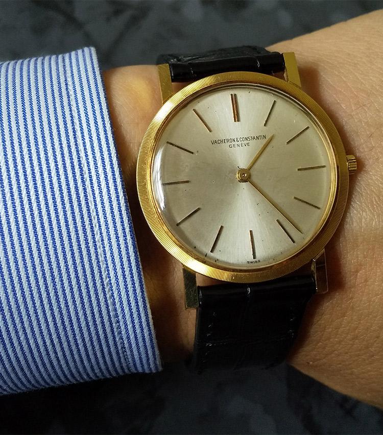 <p><strong>バーニーズ ニューヨーク神戸店セリングスーパーバイザー 山縣淳平さんの愛用時計<br />ヴァシュロン・コンスタンタン/アンティーク時計(モデル不明)</strong><br /> 「1970年以前のもので盤面は極薄でシンプルなモデルです。近年の時計は大きく迫力があるのが多いですがこのアンティークならではのシンプルで味のある見た目はクラシックなスタイルに非常に相性がいいので購入しました。」</p>