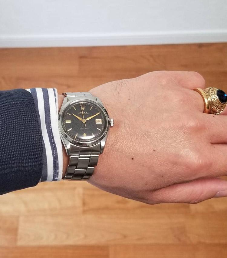 <p><strong>ラルディーニ事業部 ブランドマネージャー 遠藤元樹さんの愛用時計<br /> ロレックス/オイスターデイト Ref6294</strong><br /> 「約15年前に購入した1954年製の時計です。フルオリジナルの状態をキープしており、退色したダイヤル、赤字のデイト表示も気に入っているポイントです。現在でもオーバーホール時は当時のパーツを探してメンテナンスを行っております」</p> <p><a class=