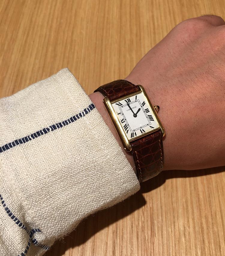 <p><strong>ストラスブルゴ メンズアシスタントバイヤー 佐野達彦さんの愛用時計<br /> カルティエ/タンク ルイ カルティエ</strong><br /> 「オンのスタイリングはもちろん、オフの日にも合わせられるデザインを探していたときに出会い、衝動買いしました。ヴィンテージは現行品に比べて小ぶりなサイズで、腕の細い私には丁度良いバランスが気に入っており、毎日のように愛用しています」</p>