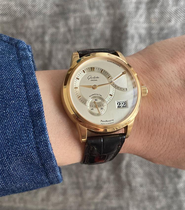 <p><strong>ストラスブルゴ銀座店 セールスエキスパート 櫻井辰也さんの愛用時計(1)<br /> グラスヒュッテ・オリジナル/パノ リザーブ</strong><br /> 「購入時に試着させて頂いた中で驚くほど、しっくりきたのがこの時計でした。ひと癖あるデザインに加えて、旧東ドイツに於ける国営企業時代から復興に至るまでのブランドストーリーを含めて知るほど、使うほどに愛着が湧き、且つお客様からお褒め頂く機会も多いのでその直感は間違っていなかったと思います。同僚と呑んだ帰りに酔った勢いで時計店に飛び込んでしまった購入時のエピソードなど思い出が沢山詰まった、今後も手放せない1本です」</p> <p><a class=