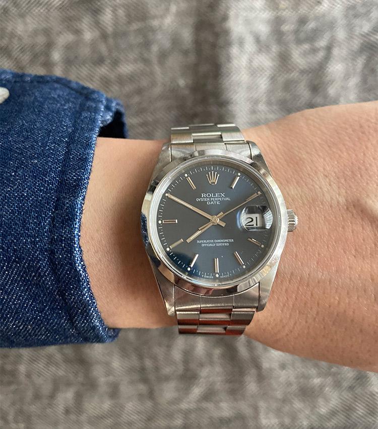 <p><strong>ストラスブルゴ銀座店 セールスエキスパート 櫻井辰也さんの愛用時計(2)<br /> ロレックス/オイスター パーペチュアルデイト</strong><br /> 「亡くなった父から譲り受けました。一番好きなディテールがブルーの文字盤。元々OMEGAに憧れていた父が、ROLEXの時計に心変わりした理由がこのブルーの色目でした。非常にベーシックなモデルですが、父と一緒に悩んで選んだことなど、語り尽くせない沢山の思い出が詰まった、私にとって唯一無二の特別な時計です」</p> <p><a class=