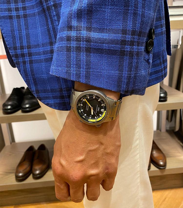 <p><strong>ストラスブルゴ 銀座店 店長 金村浩史さんの愛用時計<br /> IWC/アクアタイマー</strong><br /> 「社会人1年目で初めて購入した腕時計で思い入れがあります。Tシャツ×デニムに合う時計を探していましたが、今は春夏のジャケパンスタイルにつけることが多いです。文字盤のイエローが何とも夏らしく気にいっています」</p>