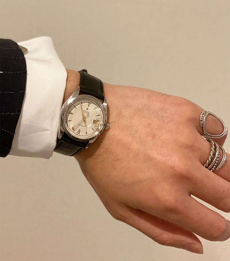 <p><strong>ストラスブルゴ メンズアシスタントバイヤー 磯野大輔さんの愛用時計<br /> ロレックス/1950年代 オイスターデイト プレシジョン </strong><br /> 「ふらっと立ち寄ったヴィンテージ時計店で一目惚れし購入しました。シルバー×ゴールド×レッドの配色が気に入っており、ドレスからカジュアルまで、守備範囲の広いユーティリティプレイヤーとして活躍してくれています」</p> <p><a class=