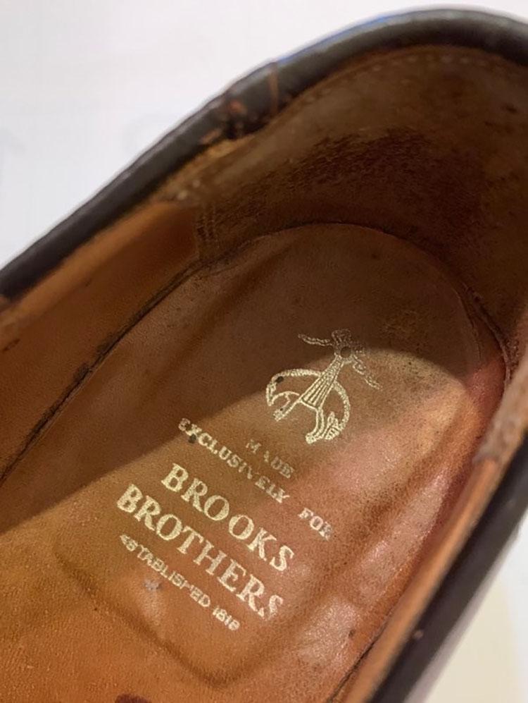 <p>中敷きには、「BROOKS BROTHERS」のロゴとゴールデンフリースのマークが入っている。</p>