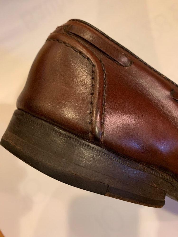 <p>ヒール部分には丁寧なステッチが施されている。これは「フォクシングステッチ」といい、ブルックス ブラザーズのタッセルローファーにだけにあしらわれる意匠。</p>