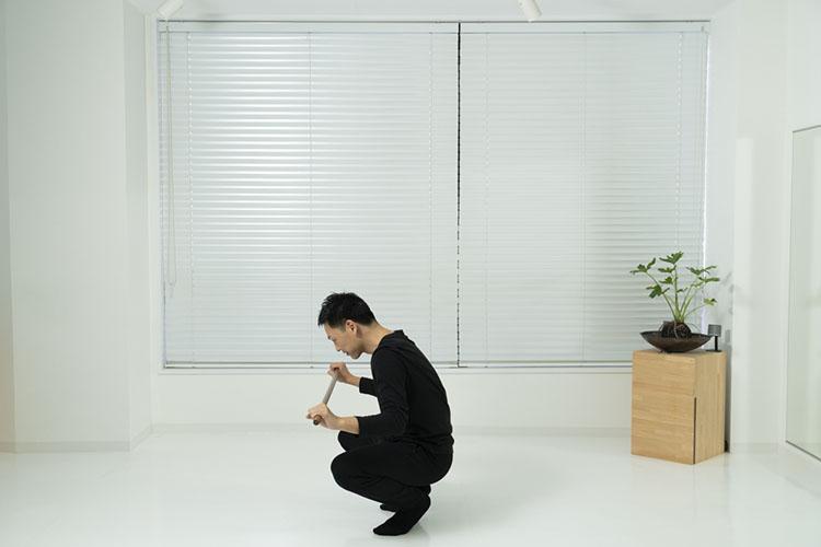<p>Point! 蹲踞をしたとき、背中が丸くならないように注意! 背中はまっすぐにキープ!</p>
