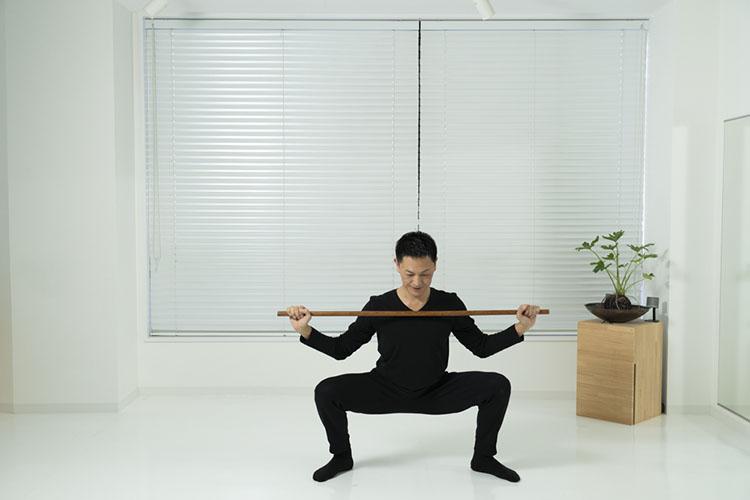 <p>両手を元の位置に戻しながら、左脚を横に出し腰を落とす。</p>