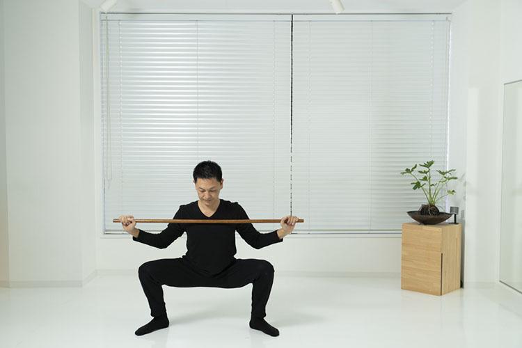 <p>両手を元の位置に戻しながら、右脚を横に出し腰を落とす。</p>