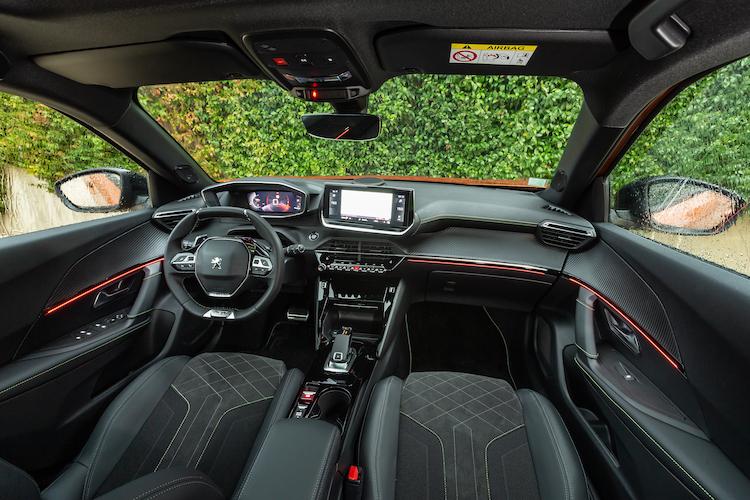 <p>ヘッドアップディスプレイを備えた最新の3D i-Cockpitを採用。7インチもしくは10インチのタッチディスプレイをセンター部に備える。</p>