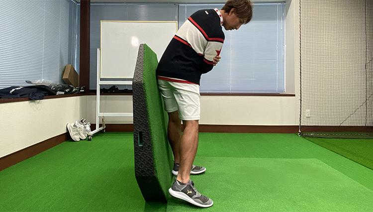 自宅で出来るゴルフ練「壁を使ってカラダの起き上がりを防止!」