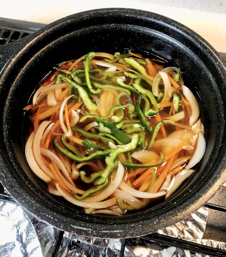 <p>2.南蛮酢を作る。<br /> 水200ml<br /> 顆粒出汁 小さじ1<br /> 醤油 大さじ3<br /> 酒 大さじ1<br /> みりん 大さじ1<br /> 砂糖 大さじ2<br /> 鷹の爪1本<br /> 以上を火にかけ、沸いてきたら火を止めて、酢 大さじ5を入れる。先ほど千切りにした野菜を入れて、冷やす。</p>