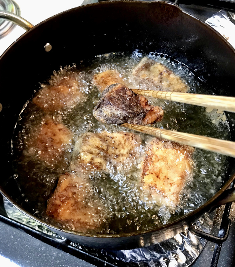 <p>5.170℃の油でカラッと揚げる。鳥の唐揚げよりも簡単に揚がるのが嬉しい。</p>