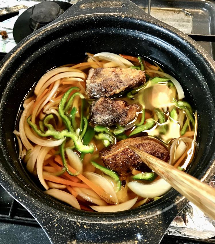 <p>7.揚げた残り半分の鰤をさきほどの南蛮酢につける。冷めてしまうと味がしみないため、熱いうちにジュッとつけるのがポイント。</p>