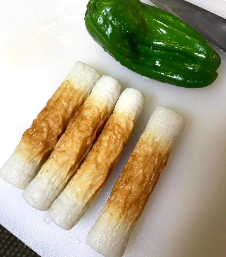 <p>3.【超簡単おつまみ(2)/竹輪のチーズ焼き】</br>続いて、所要時間5~10分の超簡単おつまみをもう一品。用意するものは竹輪、ピーマン、とけるチーズのみ。</p>
