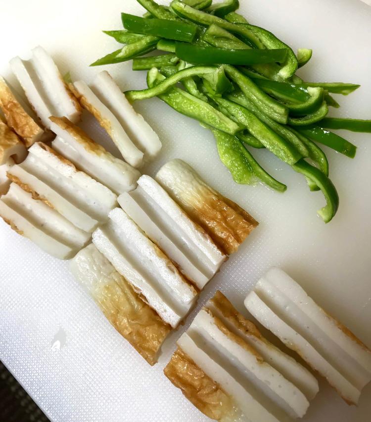 <p>4.竹輪は縦に半分に切り、さらに横に半分に切り分ける。竹輪だけでも美味しいが、ピーマンを足すと意外にアクセントになるので、ピーマンも種を取って細切りにする。</p>