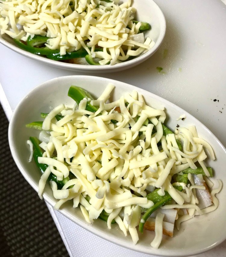 <p>5.耐熱皿に薄くサラダ油またはオリーブオイルを塗り、そこに切った竹輪とピーマンを並べる。その上に、とけるチーズをのせる。</p>