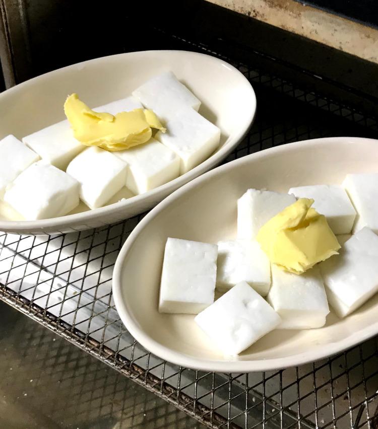 <p>1.【超時短おつまみ(1)/はんぺんのバター醤油焼き】</br>まずは、所要時間約5分の、誰でも出来る超簡単おつまみから! はんぺんを適当に切り分け、耐熱皿にのせる。このとき、お皿にも薄くバターを塗り、はんぺんの上にバターの塊と醤油を少々垂らしておこう。</p>