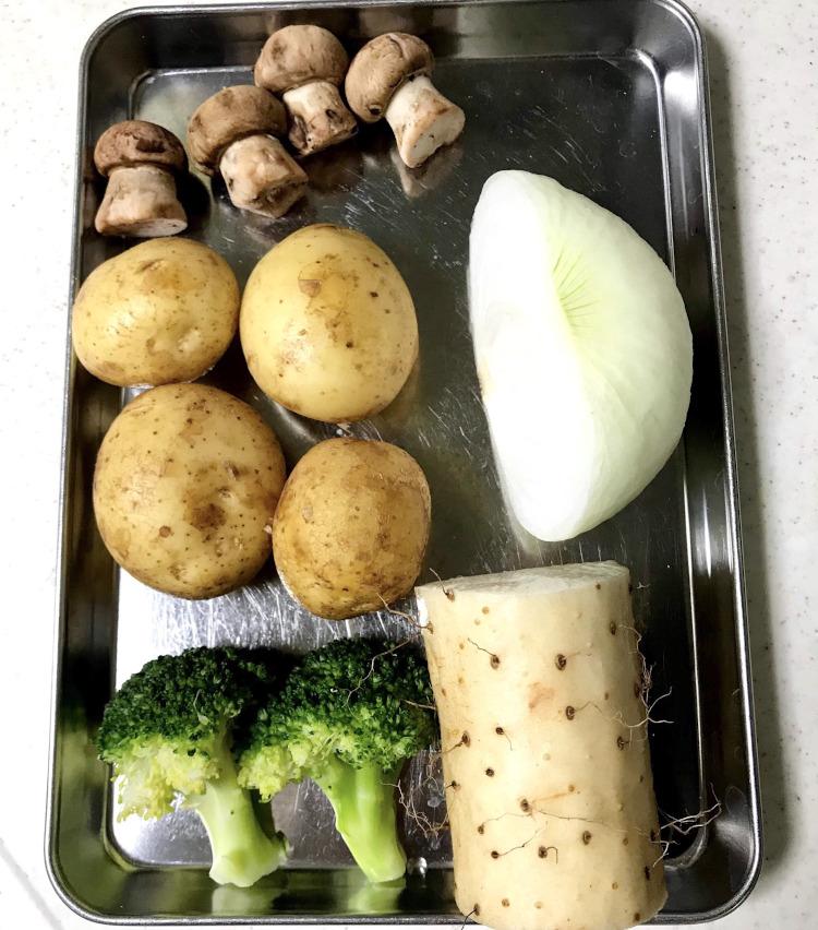 <p>1.まずは以下の材料を用意する。<br /> ・ジャガイモ 4個<br /> ・玉ねぎ 半個<br /> ・マッシュルーム 4〜5個<br /> ・ブロッコリー 2〜3房<br /> ・長芋 7cmくらい<br /> ・牛乳<br /> ・生クリーム(あれば)</p> <p>野菜は冷蔵庫に残っているもので、何でもOK。<br /> 玉ねぎの代わりに長ネギでも美味しく、椎茸、エリンギなどのキノコ類、白菜やキャベツなどなど。<br /> ハムや鶏肉、サーモンなどを入れても良い。</p>