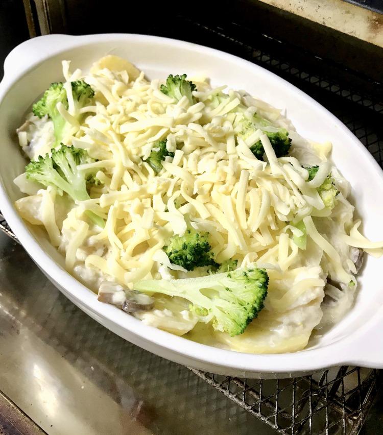 <p>10.バターを薄く塗った耐熱皿に移し、ブロッコリーを並べ、溶けるチーズをたっぷりと乗せたら、トースターで5〜7分焼く。</p>