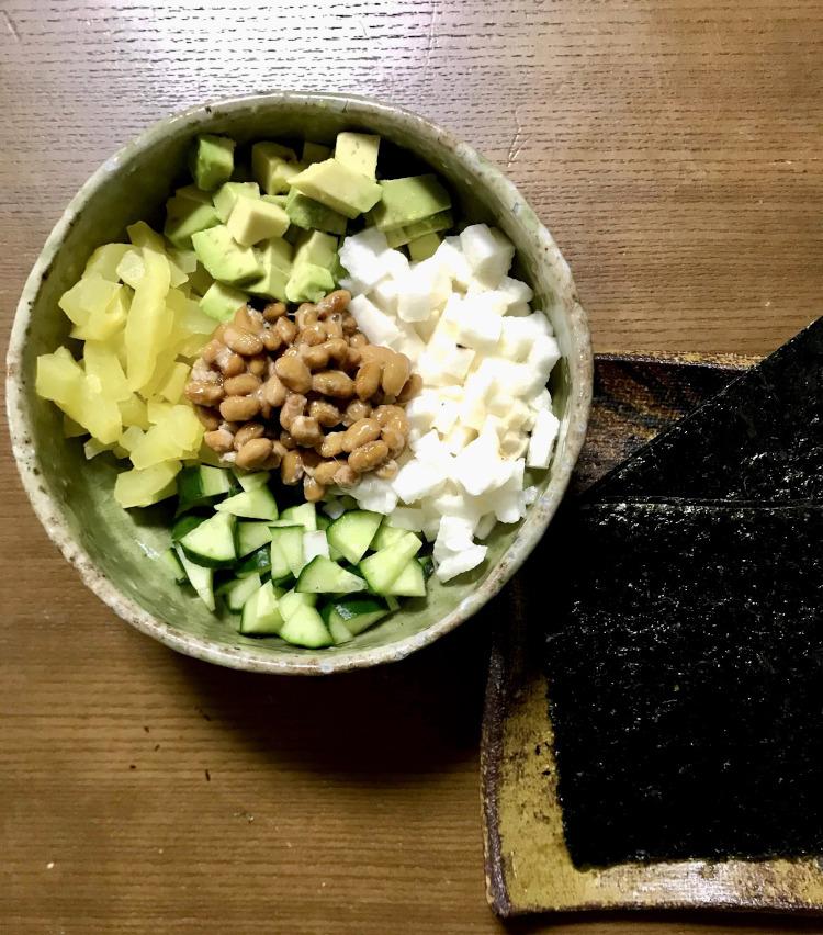 <p>2.納豆以外の材料を、5ミリ角くらいに切り、納豆と一緒に皿に盛り付ける。</p>