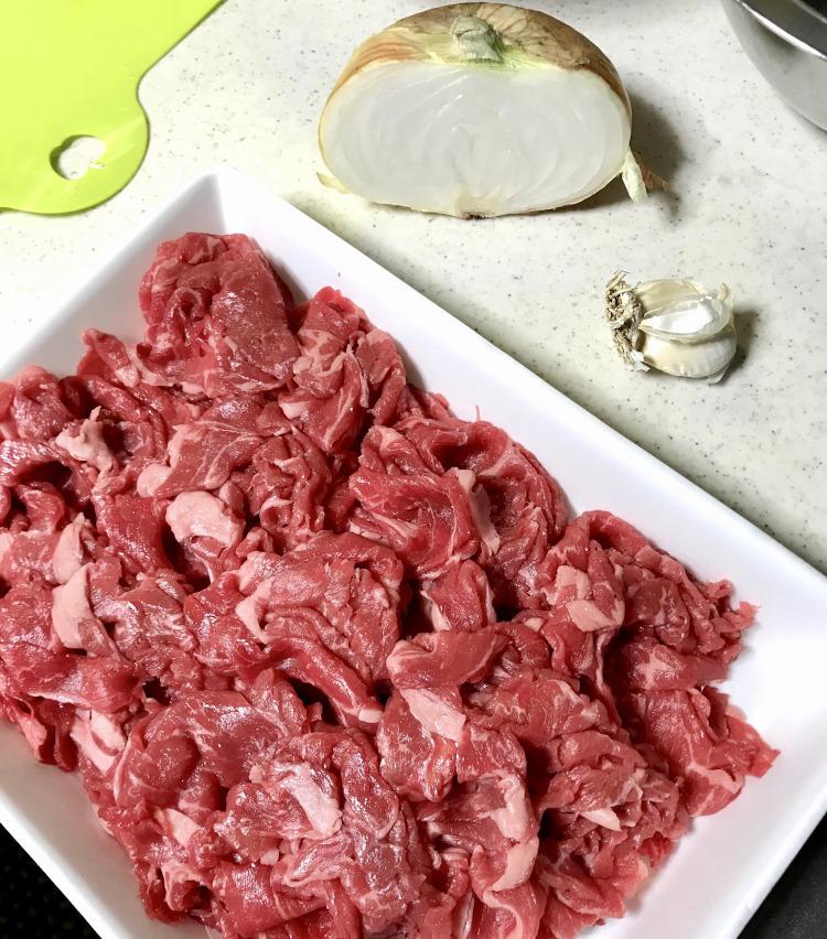 <p>1.まずは以下の材料を用意する。<br /> ・牛肉(スライスや切り落とし)400g<br /> ・玉ねぎ 半個<br /> ・ニンニク ひと掛け<br /> その他、マッシュルームやしめじなどもおすすめ。また、牛肉は肩ロースだとさっぱり目、バラ肉だとこってりとした仕上がりになる。</p>