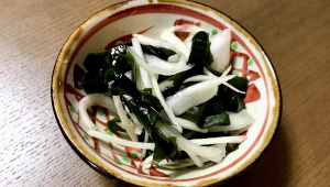 蒸し暑い夜の日本酒晩酌に!「塩蔵わかめと玉ねぎの酢の物」