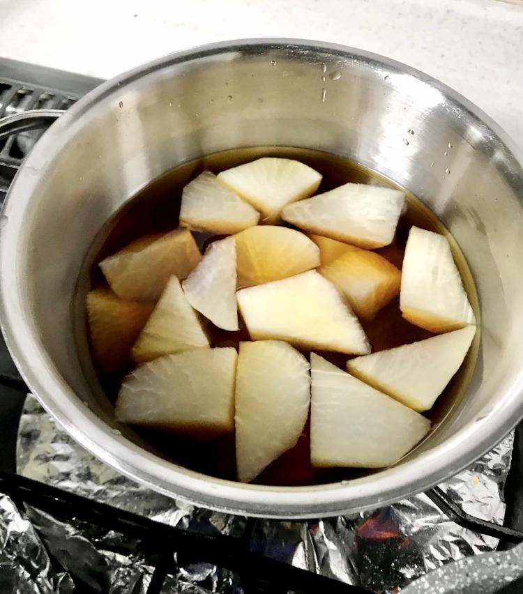 <p>2.水2カップ、酒大さじ2、みりん大さじ2、醤油大さじ2、砂糖大さじ1を火にかけ、大根を10分ほど煮る。</p>