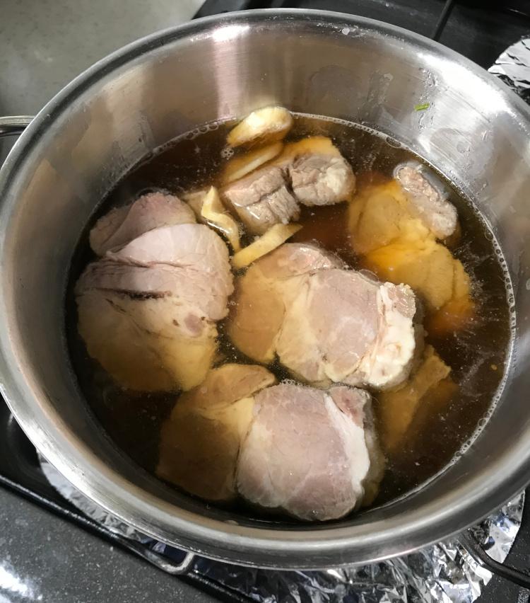 <p>11.煮汁をひたひたに入れ、醤油と砂糖を等分くらいに加えて、甘めに煮てみよう。</p>