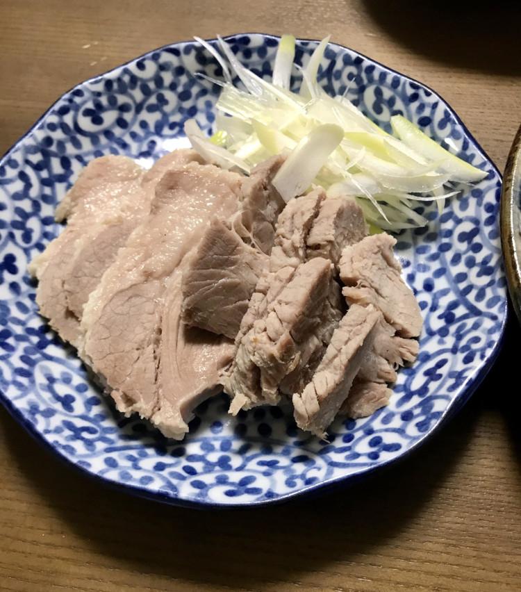 <p>6.【熟成塩豚の美味しい食べ方その1/茹でた後そのままスライス】茹でた後に冷ますこと1~2時間。そのままカットして、茹で豚としていただく。塩豚の旨味がダイレクトに味わえて美味!</p>