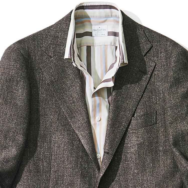 <p><strong>6位<br /> クールビズで「ダサい」と言われない装いは?【1分で出来るスーツのお洒落】</strong><br /> ジャケットにノータイのクールビズスタイルは、ただネクタイを外しただけの冴えない装いに見えてしまいがち。意外と難しいノータイクールビズをお洒落に着こなすには、色鮮やかなストライプ柄シャツを活用するのが◎。こちらのシャツは多色使いのストライプ柄で、鮮やかなカラーリングが、渋いブラウンジャケットを一気に垢抜けて見せてくれる。また、ストライプの幅が広めなのもポイント。ネクタイを締めずとも、確固たる存在感を装いに加えてくれるのだ。<br /> <small>(2020年6,7月号掲載)</small></p>