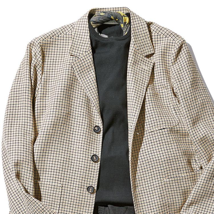 <p><strong>7位<br /> 「休日ジャケット」コーデを格上げするには?【1分で出来るスーツのお洒落】</strong><br /> 週末、少しお洒落なレストランに行く際などのジャケットの装い。ただジャケットを着るだけでなく、より大人らしいワンランク上の着こなしにするには、スカーフをひとつ加えて欲しい。細くなるように軽く捻ったスカーフを、首元にひと巻き。インナーのニットの首元からチラリと覗かせたスカーフのお洒落が、無難なジャケットスタイルをエレガントに見せてくれるのだ。<br /> <small>(2020年6,7月号掲載)</small></p>