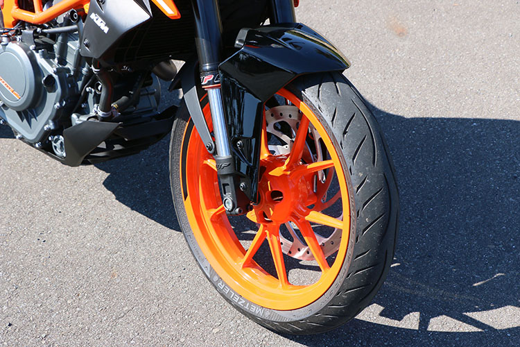 <p>WP製倒立フロントフォークにレース用の軽量な鋳造合金製ホイールを履く</p>