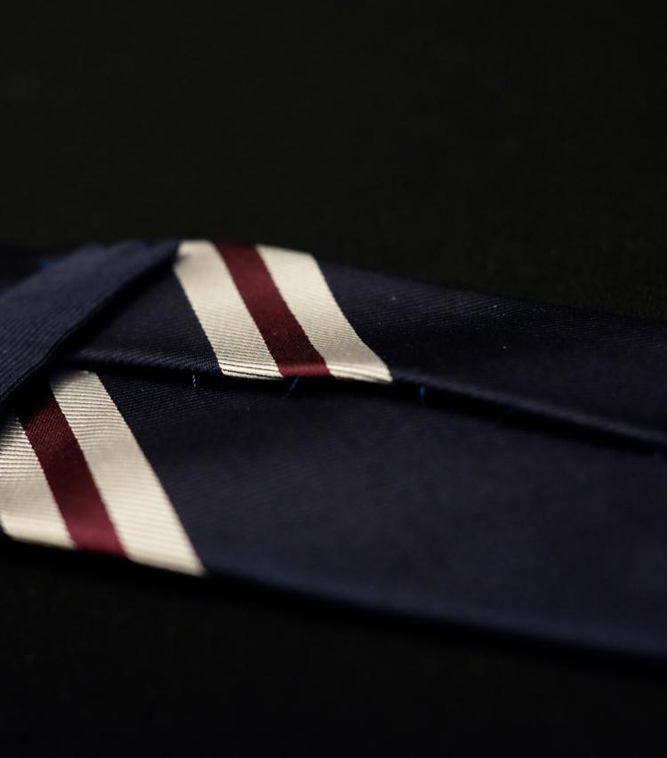 """<p><strong>【Point 3】縫製に適度な""""ゆとり""""がある</strong><br /> 上質なネクタイのほとんどはハンドメイドで作られており、裏側の縫製部分にあえてゆとりを持たせて仕立てている。これによってネクタイに伸縮性が生まれ、締めたりほどいたりを繰り返しても痛みにくくなる。</p>"""