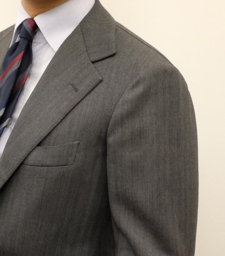 """<p><strong>【Point 1】肩から上襟がしっかり""""ノボって""""いる</strong><br /> 特にイタリアスーツにおいて最も重要視されるのが肩〜襟のノボリ。袖山から肩にかけてなだらかに体に沿いつつ、それが上襟と自然に繋がって首に吸い付くようにフィットすることを""""襟がノボる""""と表現する。美観を大きく左右するだけでなく、着心地も軽くなるのが特徴だ。</p>"""