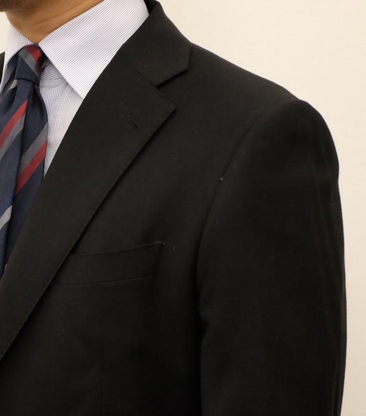 """<p><strong>襟が""""ノボって""""いないのはこんなスーツ</strong><br /> これは悪い例。ショルダーラインが硬直的なうえ体に沿っておらず、上襟が首から浮いてしまっている。いくら高級生地を使用していても、このような仕立てではどこかだらしない印象になってしまうものだ。着心地も窮屈で重苦しいものになる。</p>"""