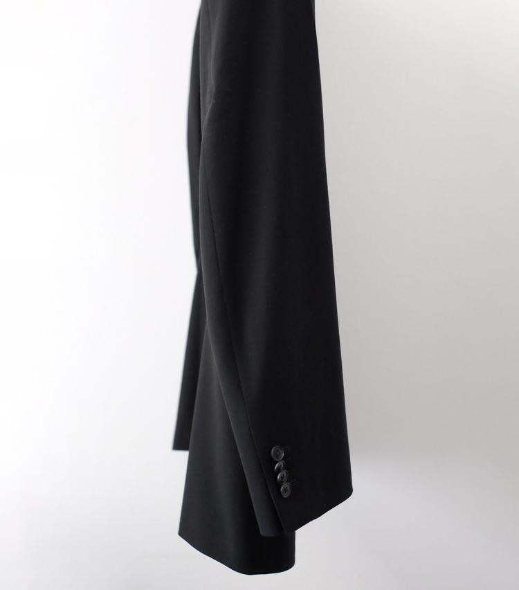 <p><strong>安価なスーツは袖が直線的</strong><br /> 人体に沿って作られていない袖は、このようにほぼ直線になっている。ジャストサイズでも無駄なシワが入り、ダボっとした印象に。</p>