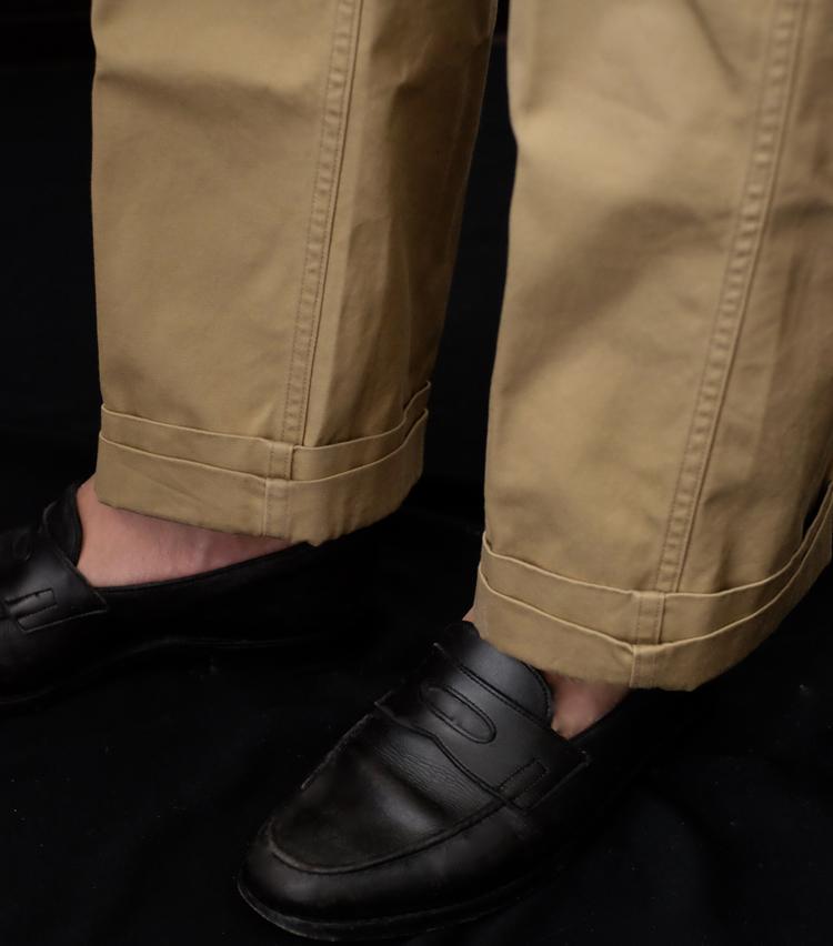 <p><strong>【Technique 1】パンツの裾を「二重ロールアップ」</strong><br /> パンツの裾をロールアップして足元にニュアンスをつけるのは春夏の定番テクニックだが、ちょっと変わった方法がこちら。ワイドシルエットのチノパンやデニム、軍パンなど、ラギッドなパンツと相性のいいロールアップだ。手順は次のとおり。</p>