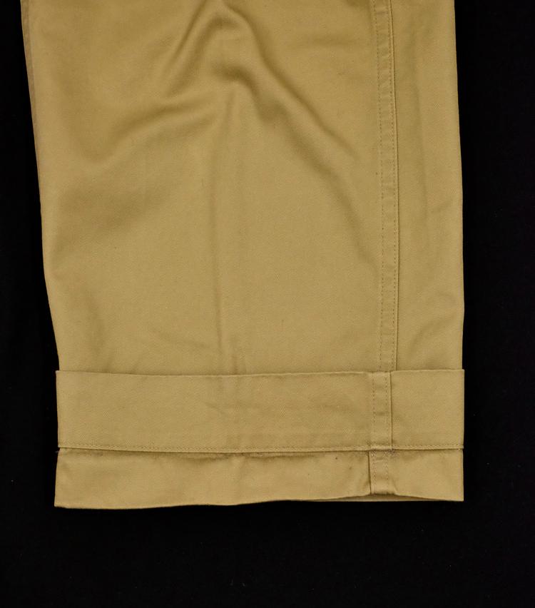 <p><strong>【Technique 1】パンツの裾を「二重ロールアップ」</strong><br /> まず、このように大きめにパンツを折り返す。裾のタタキ幅の倍くらいが目安だ。</p>
