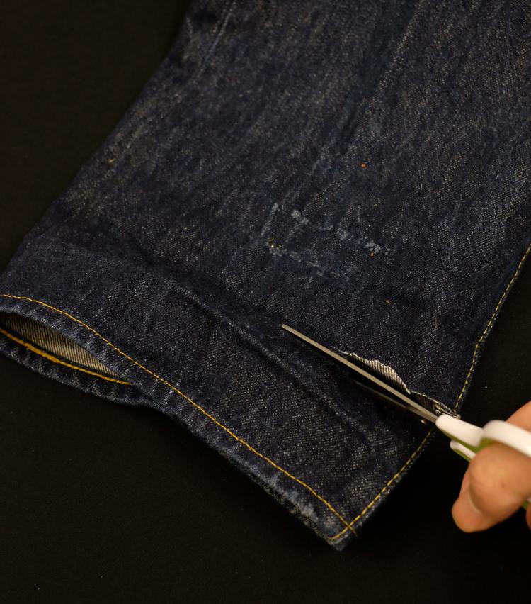 <p><strong>【Technique 2】はき古したジーンズの裾をカットオフ</strong><br /> これは結構荒技。ご覧のとおり、思い切って裾をカットオフすると、かなり印象が変わる。実際はいてみると……</p>
