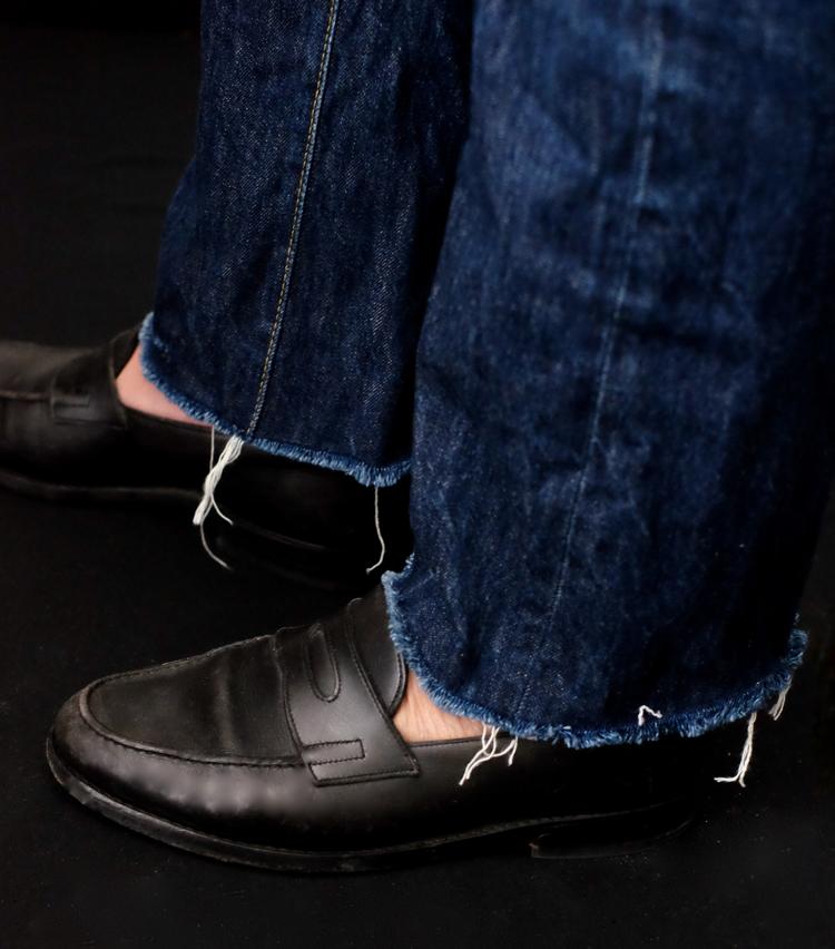 <p><strong>【Technique 2】はき古したジーンズの裾をカットオフ</strong><br /> はいてみるとこんな感じ。切ったところから糸がどんどんほつれてくるが、それを適度に残しておくとよい。印象はかなり変わるが、当然元には戻せないうえ、洗濯するとみるみるほつれていくので、はき古してそろそろ捨てようかな、というようなデニムで試したほうがいいだろう。</p>